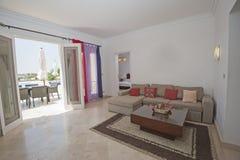 Дизайн интерьера комнаты роскошной квартиры живущей Стоковые Изображения