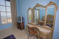 Дизайн интерьера спальни в вилле с таблицей шлихты Стоковое фото RF