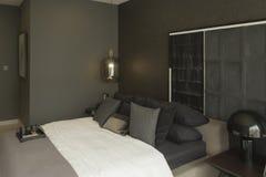 Дизайн интерьера спальни в темных темах Desi интерьера спальни стоковое фото rf