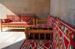 Дизайн интерьера с восточной красной мебелью половика стоковые фотографии rf