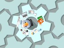 Дизайн концепции бизнес-процесса Бизнесмен технологии при устройства сидя на столе сформировал как cogwheel коллективно обсуждать иллюстрация штока