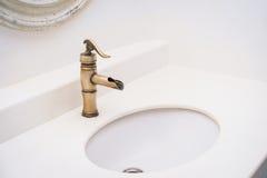 Дизайн латунного faucet винтажный на тазе мытья стоковая фотография