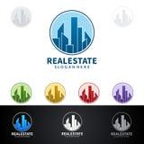 Дизайн логотипа вектора недвижимости с домом и экологичность формируют, на белой предпосылке Стоковое Изображение RF