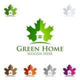 Дизайн логотипа клена с зеленым домашним логотипом, вектора недвижимости с домом и экологичность формируют, изолированный на бело Стоковая Фотография