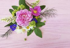 Дизайн на розовом деревянном жасмине предпосылки, магнолия рамки букета роз красивый Стоковые Изображения RF