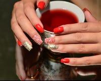 Дизайн ногтя: белизна на красном цвете, белом на золоте Стоковое Изображение