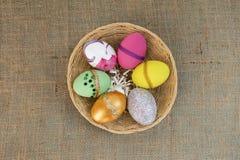 Дизайн пасхального яйца в круглой корзине ротанга Стоковая Фотография