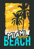 Дизайн плаката лета Miami Beach Флориды с иллюстрацией пальм Стоковые Изображения