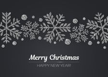 Дизайн поздравительной открытки Нового Года вектора с Рождеством Христовым счастливый с серебряным украшением снежинки на курортн Стоковые Изображения