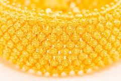Дизайн пули деревянный на браслете золота Стоковая Фотография