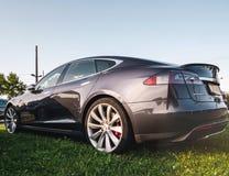 Дизайн современного электрического автомобиля outdoors Tesla едет на автомобиле стоковые фотографии rf