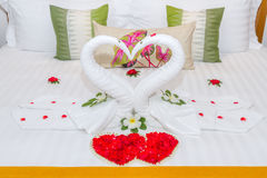 Дизайн спальни с лебедями от полотенца на кровати Стоковое Фото