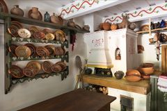 Дизайн старых печи и изделий кухни в старом украинском сельском доме стоковые изображения rf