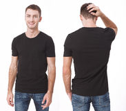 Дизайн футболки и концепция людей - близкая вверх молодого человека в пустой белой футболке Чистая насмешка рубашки вверх для ком стоковое изображение rf