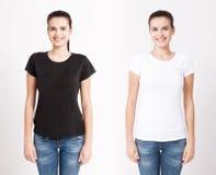 Дизайн футболки и концепция людей - близкая вверх молодой женщины в пустой белой футболке Чистая насмешка рубашки вверх для компл стоковое изображение