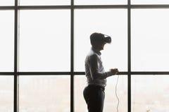 Дизайн шлемофона VR родовой и никакой логотипы, изумлённые взгляды виртуальной реальности человека нося смотря кино или играя вид стоковая фотография rf