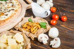 Дикие грибы, сыр и сливк Дизайн предпосылки еды Пицца стоковая фотография rf