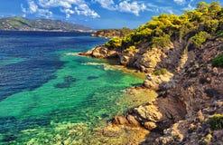 Дикость природы и волн Море и утесы бирюзы с вегетацией Стоковые Изображения RF