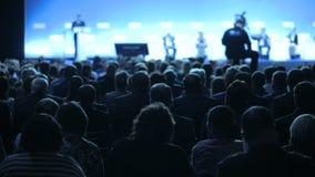 Диктор говорит речь на конференции Семинара конференции встречи офиса бизнесмены концепции тренировки акции видеоматериалы