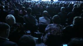 Диктор говорит речь на конференции Семинара конференции встречи офиса бизнесмены концепции тренировки видеоматериал