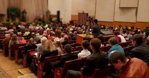 Диктор говоря на конференции акции видеоматериалы