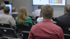 Диктор давая беседу на деловой встрече акции видеоматериалы