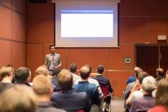 Диктор давая беседу на деловой встрече Стоковая Фотография