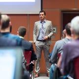 Диктор давая беседу на деловой встрече Стоковое Изображение