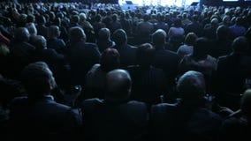 Диктор давая беседу на научной конференции Аудитория на конференц-зале Концепция дела и предпринимательства акции видеоматериалы