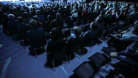 Диктор давая беседу на научной конференции Аудитория на конференц-зале Концепция дела и предпринимательства сток-видео