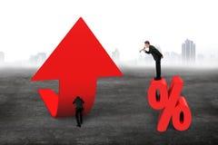 Диктор менеджера выкрикивая бизнесмена нажимая стрелку верхний p тенденции Стоковые Изображения