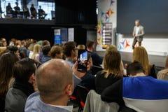 Диктор на бизнес-конференции и представлении Аудитория на конференц-зале Человек держит показатель на стоковое изображение rf