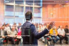 Диктор на бизнес-конференции и представлении стоковые фотографии rf