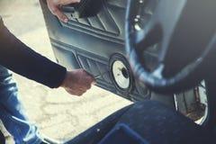 Диктор руки человека для автомобиля стоковое фото rf