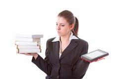 Дилемма между книгой и читателем ebook стоковая фотография
