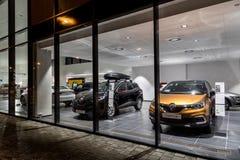 Дилерские полномочия Renault продавая SUVs во время ночи Стоковое Фото