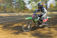Динамическая съемка гонщика motocross Стоковая Фотография RF