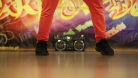 Динамически танцуя мальчишеские ноги на танцплощадке сток-видео
