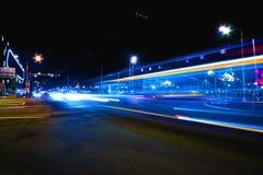 Динамическое воздействие улицы долгой выдержки вечером светов корабля стоковые изображения