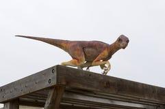 Динозавр на деревянной структуре Стоковые Изображения RF