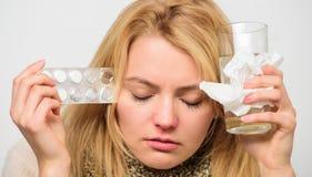 Директивы для обрабатывать холод Лекарства взятия, который нужно получить освобожданный холода Девушка принимает воду питья медиц стоковое фото