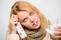 Директивы для обрабатывать холод Таблетка девушки в воде питья рта Головная боль и холодные выходы Tousled женщиной шарф волос стоковые фотографии rf