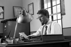 Директор работая на столе офиса стоковое изображение rf