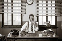 Директор работая на столе офиса стоковое фото