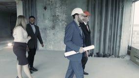 Директор, сопровоженный юристом и риэлтором, проверяет здание, планируя арендовать его акции видеоматериалы