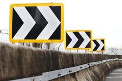 дирекционные указывая правые дорожные знаки торговать Стоковая Фотография RF