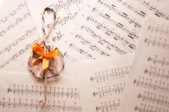 Дискантовый ключ на листах музыки подпирает Стоковые Фотографии RF