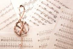 Дискантовый ключ на предпосылке листов музыки Стоковые Изображения RF