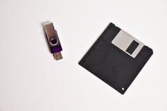 Дискет гибкого магнитного диска и вспышка USB управляют ручкой памяти Стоковая Фотография RF