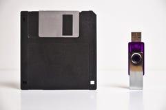 Дискет гибкого магнитного диска и вспышка USB управляют ручкой памяти Стоковая Фотография